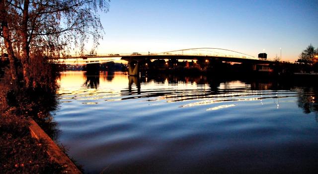 L'Oise à la tombée de la nuit sur le pont neuf